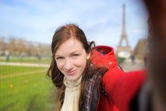 Frau, die selfie nahe dem Eiffelturm nimmt Lizenzfreies Stockbild