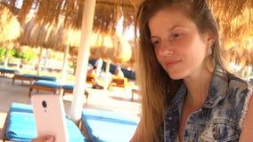 Frau, die selfie unter Verwendung des Smartphone tut stock footage