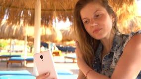 Frau, die selfie unter Verwendung des Smartphone tut stock video footage