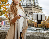 Frau, die selfie unter Verwendung selfie Stockes auf Damm in Paris nimmt Stockbild