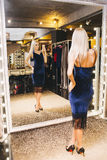 Frau, die selfie vor dem Spiegel macht Lizenzfreie Stockfotografie