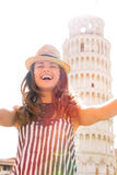 Frau, die selfie vor Turm von Pisa macht Lizenzfreie Stockfotografie