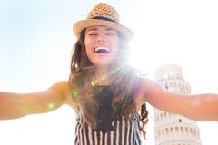 Frau, die selfie vor Turm von Pisa macht lizenzfreie stockfotos