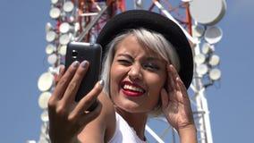 Frau, die Selfie am Zellturm nimmt Lizenzfreies Stockfoto
