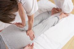 Frau, die Shiatsu Massage hat Stockfoto