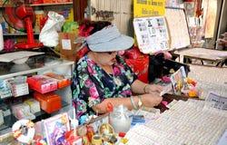 Frau, die siamesische Lotterie-Karten verkauft Stockfoto