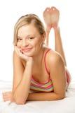 Frau, die sich auf Magen hinlegt Stockfoto
