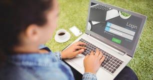 Frau, die sich auf Webseite unter Verwendung des Laptops anmeldet Stockbilder