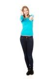 Frau, die sich Daumen mit beiden Händen zeigt Lizenzfreies Stockfoto