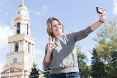 Frau, die sich fotografiert Stockbild