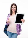 Frau, die sich Tablet-Computer-Schirm und -daumen zeigt Lizenzfreies Stockbild