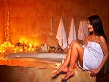Frau, die sich zu Hause Bad entspannt Lizenzfreies Stockfoto