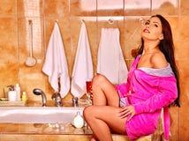 Frau, die sich zu Hause Bad entspannt Stockbilder