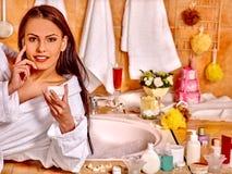 Frau, die sich zu Hause Bad entspannt Lizenzfreie Stockfotografie