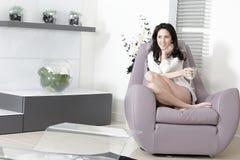 Frau, die sich zu Hause entspannt Stockfotos