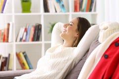 Frau, die sich zu Hause im Winter entspannt Lizenzfreies Stockfoto
