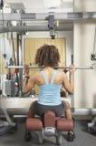 Frau, die Sitzübungen an der Gymnastik tut Stockfoto