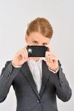 Frau, die Smartphone als photocamera verwendet Stockfoto