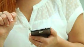 Frau, die Smartphone auf Strand verwendet stock video