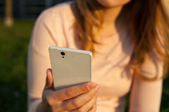 Frau, die Smartphone in den Händen hält Lizenzfreie Stockbilder