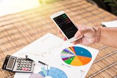 Frau, die Smartphone Diagramm auf Schirm zeigt Lizenzfreies Stockfoto