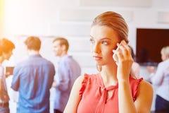 Frau, die Smartphone für Kommunikation verwendet Stockbilder