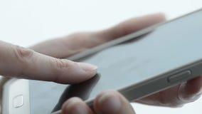 Frau, die Smartphone hält stock video