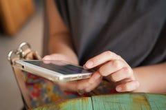 Frau, die Smartphone im Café verwendet Lizenzfreies Stockbild