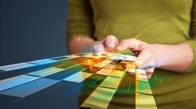 Frau, die Smartphone mit futuristischen Linien hält Lizenzfreie Stockfotografie