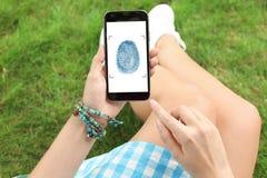 Frau, die Smartphone mit leerem Bildschirm hält Modell für Design stockfoto