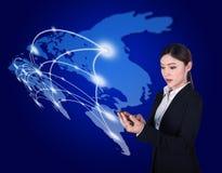 Frau, die Smartphone mit Weltsocial media-Netz verwendet Lizenzfreies Stockfoto