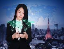 Frau, die Smartphone mit Weltsocial media-Netz verwendet Stockbild
