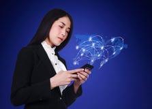 Frau, die Smartphone mit Weltsocial media-Netz verwendet Stockbilder
