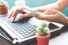 Frau, die Smartphone und Laptop, Start-SME-Konzept verwendet Stockbilder