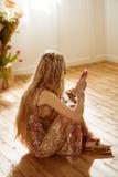 Frau, die smartphone verwendet Lizenzfreies Stockbild