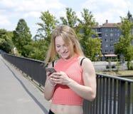 Frau, die smartphone verwendet Lizenzfreies Stockfoto
