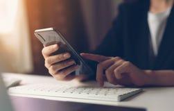 Frau, die smartphone verwendet Das Konzept der Anwendung des Telefons ist im Alltagsleben wesentlich stockfotos