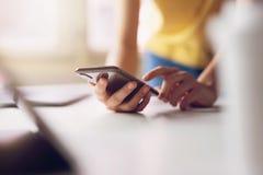 Frau, die smartphone verwendet Das Konzept der Anwendung des Telefons ist im Alltagsleben wesentlich stockfoto