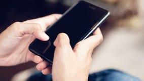 Frau, die Smartphone, während der Freizeit verwendet Das Konzept der Anwendung des Telefons ist im Alltagsleben wesentlich lizenzfreies stockbild