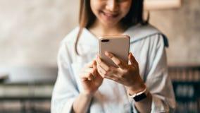 Frau, die Smartphone, während der Freizeit verwendet Das Konzept der Anwendung des Telefons ist im Alltagsleben wesentlich lizenzfreie stockbilder
