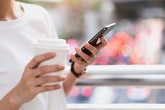 Frau, die Smartphone, w?hrend der Freizeit verwendet Das Konzept der Anwendung des Telefons ist im Alltagsleben wesentlich lizenzfreie stockbilder
