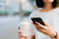 Frau, die Smartphone, w?hrend der Freizeit verwendet Das Konzept der Anwendung des Telefons ist im Alltagsleben wesentlich stockfotos