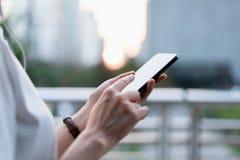 Frau, die Smartphone, w?hrend der Freizeit verwendet Das Konzept der Anwendung des Telefons ist im Alltagsleben wesentlich stockbild