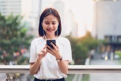Frau, die Smartphone, w?hrend der Freizeit verwendet Das Konzept der Anwendung des Telefons ist im Alltagsleben wesentlich stockbilder