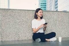 Frau, die Smartphone, w?hrend der Freizeit verwendet Das Konzept der Anwendung des Telefons ist im Alltagsleben wesentlich lizenzfreies stockbild
