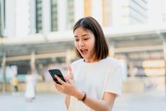 Frau, die Smartphone, w?hrend der Freizeit verwendet Das Konzept der Anwendung des Telefons ist im Alltagsleben wesentlich lizenzfreies stockfoto