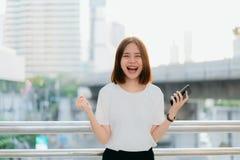 Frau, die Smartphone, w?hrend der Freizeit verwendet Das Konzept der Anwendung des Telefons ist im Alltagsleben wesentlich lizenzfreie stockfotos