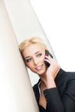 Frau, die Smartphonestadtporträt verwendet Stockfoto