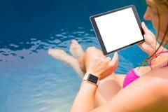 Frau, die smartwatch und Tablet-Computer verwendet stockfotos