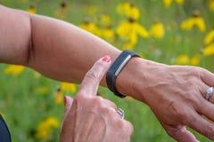 Frau, die smartwatch verwendet, um Tätigkeit aufzuspüren Stockfoto